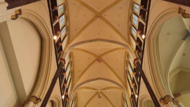 stockvideo's en b-roll-footage met middeleeuws kerkinterieur - kathedraal