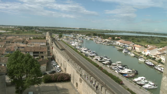 ws ha medieval city wall surrounding aigues mortes, western wall seen from tour de constance / languedoc-roussillon, france - surrounding wall stock-videos und b-roll-filmmaterial