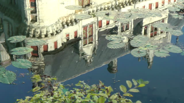stockvideo's en b-roll-footage met medieval french palace mirrored into the water - waterplant