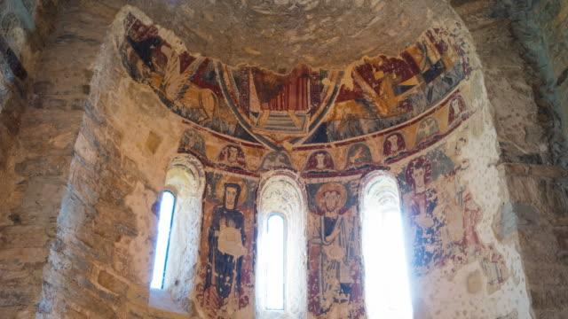 vídeos de stock e filmes b-roll de medieval fresco in san vicenç church - figura masculina