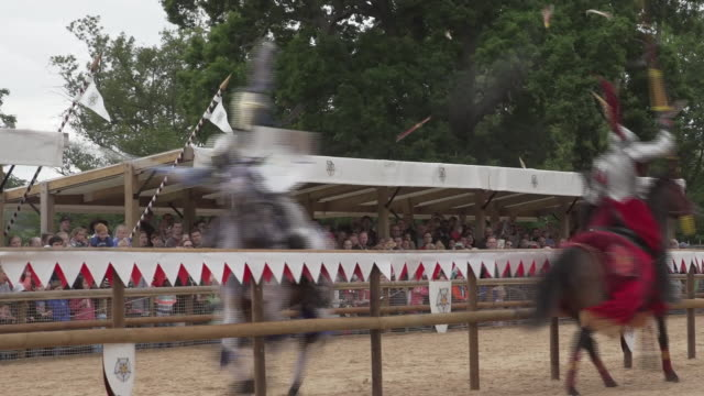 medieval jousting competition at warwick castle - rievocazione storica video stock e b–roll