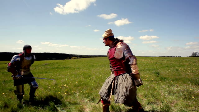 stockvideo's en b-roll-footage met medieval knights sword fighting - zwaard