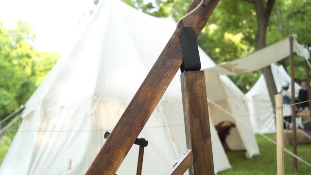 vídeos y material grabado en eventos de stock de arco de cruz grande medieval - caballería