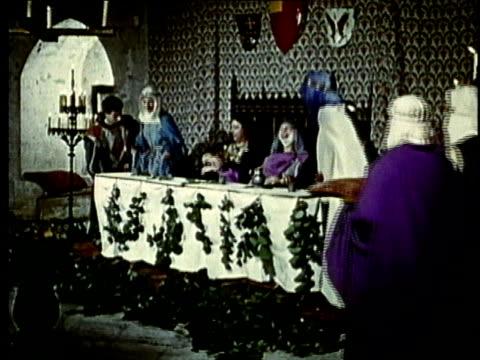 vidéos et rushes de recreation, ws, ds, medieval noble people dining in castle room - moyen âge