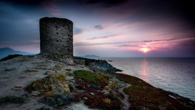 vidéos et rushes de temps qui passe: tour médiévale au coucher du soleil - moyen âge