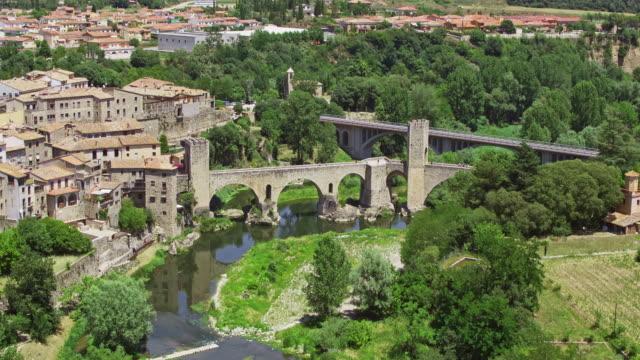 vídeos de stock e filmes b-roll de medieval town of besalu - ponte