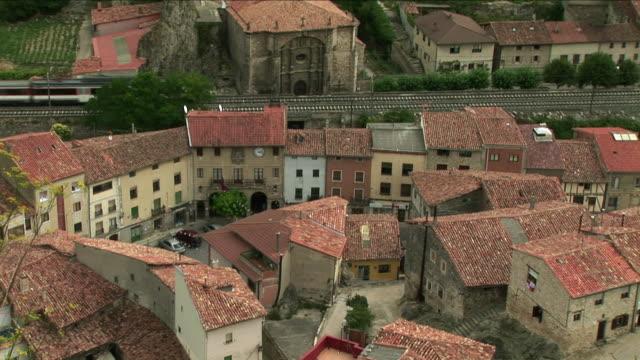 vídeos de stock e filmes b-roll de ws ha medieval town with train in background, pancorbo, burgos, spain - cidade pequena