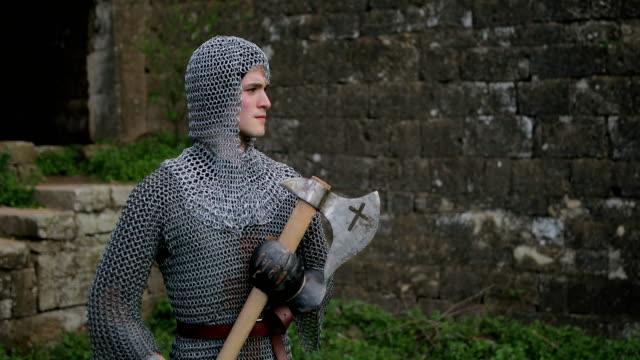 Mittelalterlicher Krieger mit Kettenhemd Rüstung und Axt