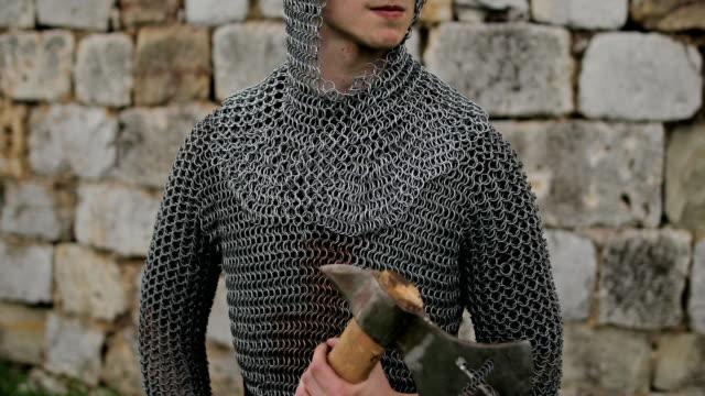 medeltida krigare med ringbrynja pansar och yxa - rustning bildbanksvideor och videomaterial från bakom kulisserna