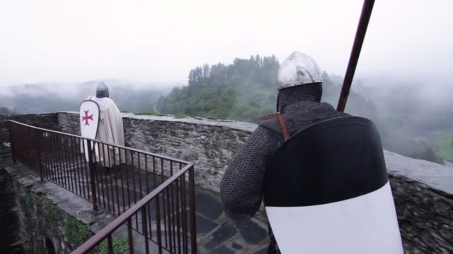 medieval warriors walking on castle wall - 騎士点の映像素材/bロール