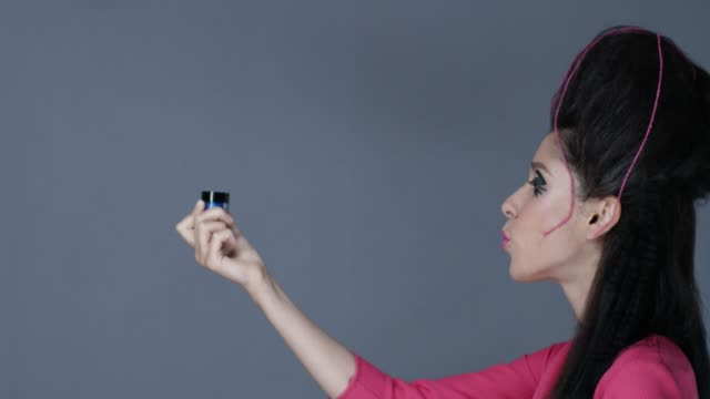 vídeos de stock, filmes e b-roll de modelo medieval, como lida com sombra azul jar e beija-lo. vídeo de moda. - batom rosa