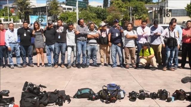 vídeos de stock e filmes b-roll de medio centenar de comunicadores salvadorenos se encontraron el viernes en una plaza de san salvador para exigir justicia a las autoridades tras el... - exigir