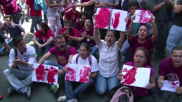 Medio centenar de estudiantes pidieron este miercoles al Ministerio de Justicia que anule la resolucion que permite a organos de seguridad el uso de...