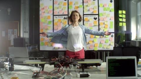 mediterade affärskvinna i office. - lösning bildbanksvideor och videomaterial från bakom kulisserna