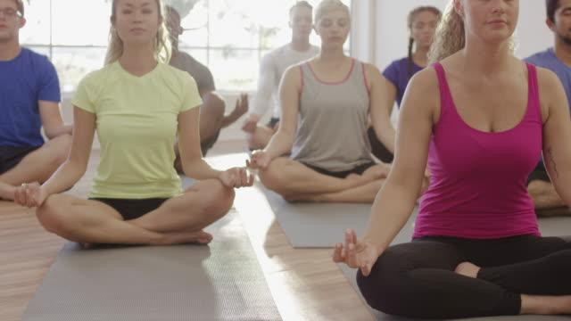 meditieren im lotussitz - yogastudio stock-videos und b-roll-filmmaterial
