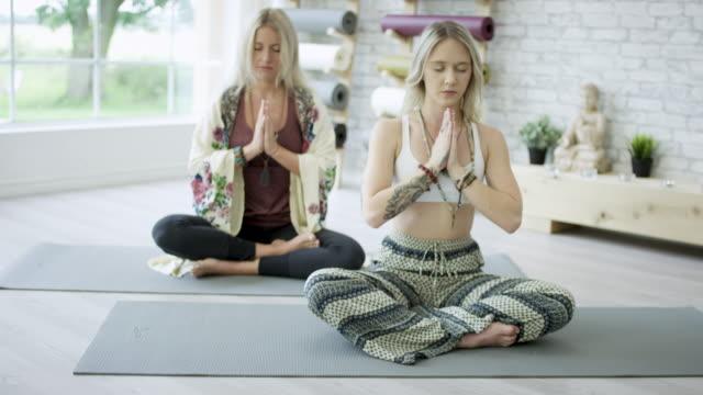 vídeos de stock, filmes e b-roll de meditando no estúdio de yoga - boa postura