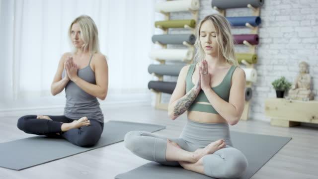 vídeos de stock, filmes e b-roll de meditating juntos - boa postura