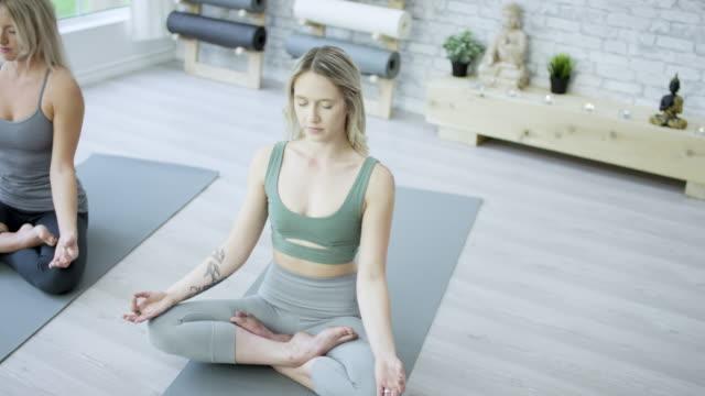 vídeos de stock e filmes b-roll de meditating - yoga