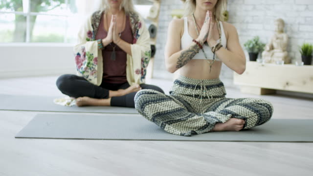 meditating - gambe incrociate video stock e b–roll
