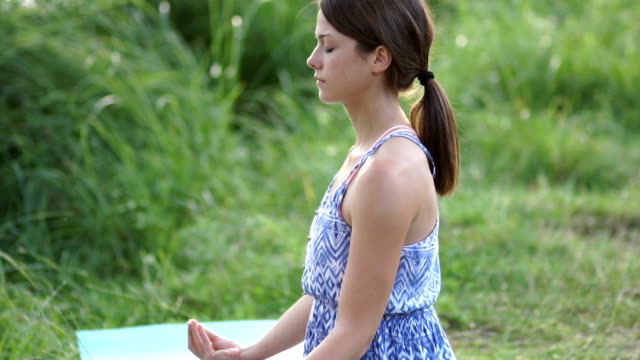 vídeos de stock, filmes e b-roll de meditating mulher - prendendo a respiração
