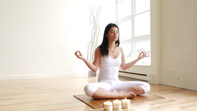 meditation mädchen. - augen geschlossen stock-videos und b-roll-filmmaterial