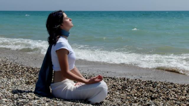 meditation girl - korslagda ben bildbanksvideor och videomaterial från bakom kulisserna