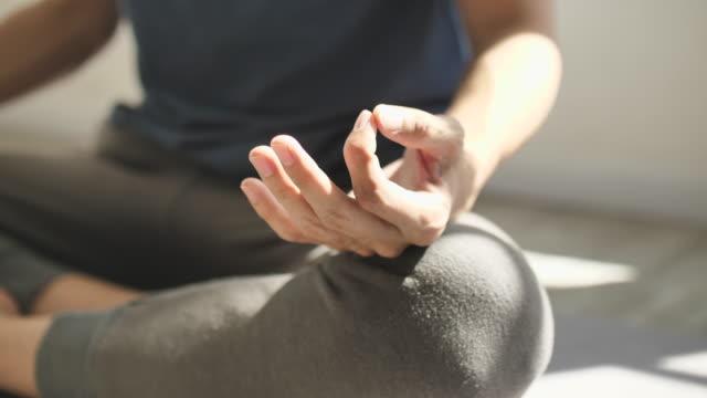 meditationshand - männliche person stock-videos und b-roll-filmmaterial
