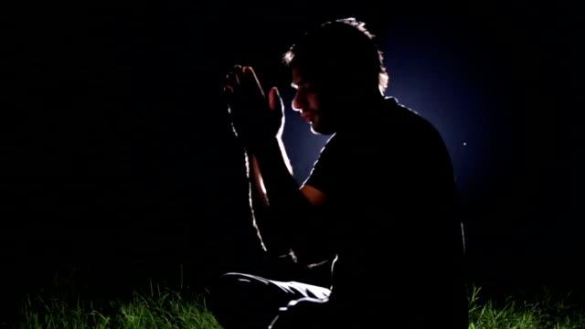 瞑想、夜の男のシルエット - グローワーム点の映像素材/bロール
