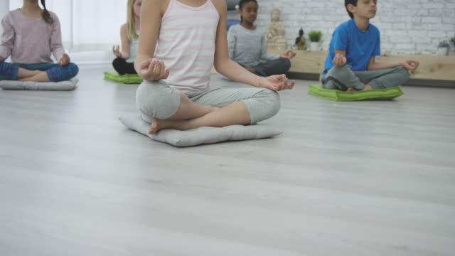 vídeos de stock e filmes b-roll de meditation - plena consciência