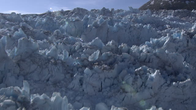 """medium aerial pan-right tracking-left tracking-right-jagged ice covers a glacier. / alaska, usa"" - 尖っている点の映像素材/bロール"