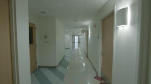 vídeos y material grabado en eventos de stock de medium angle moving pov of hallway in hospital. - pasillo característica de edificio