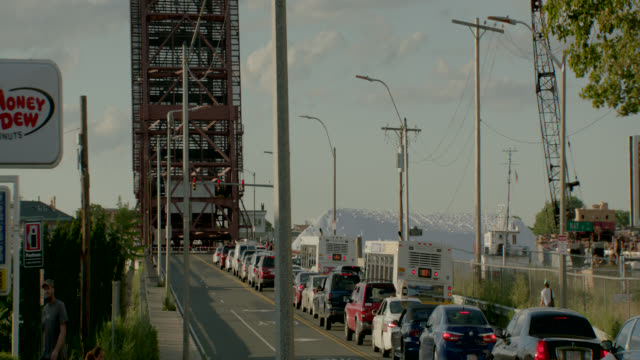 vídeos de stock, filmes e b-roll de medium angle of andrew mcardle bridge, meridian st. drawbridge. cars and buses waiting in traffic on city street,. - drawbridge