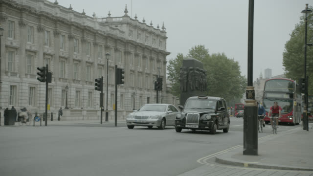 medium angle of double decker bus on city street near entrance to 10 downing street and government buildings. whitehall sw1. pedestrians, tourists, and cars visible. suv pulls into gate. - downing street stock videos & royalty-free footage