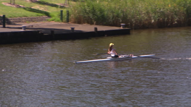 medium close up female single sculler rowing on the yarra river melbourne - ウォータースポーツ点の映像素材/bロール