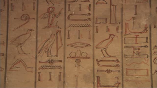 medium close up, pan-right  tracking-right - a mural depicts hieroglyphics / egypt - 壁画点の映像素材/bロール