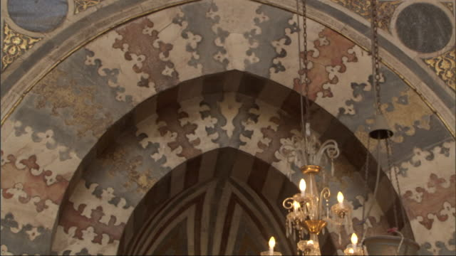 medium close up, tilt-up - calligraphy adorns the interior of a mosque - arabic script stock-videos und b-roll-filmmaterial