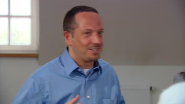 stockvideo's en b-roll-footage met medium dolly shot businesspeople talking during business meeting/ munich, germany - medewerkerbetrokkenheid