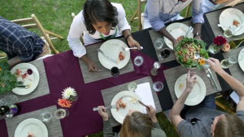 vídeos y material grabado en eventos de stock de medium group of people having an outdoor dinner party - mesa de comedor