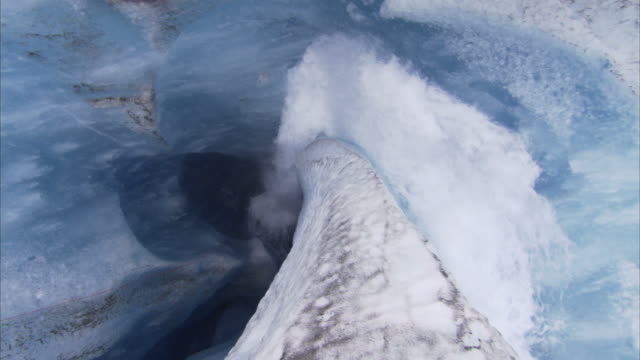"stockvideo's en b-roll-footage met ""medium long shot aerial tracking-right-melt water crashes into an ice hole. / juneau ice fields, alaska, usa"" - fysische geografie"