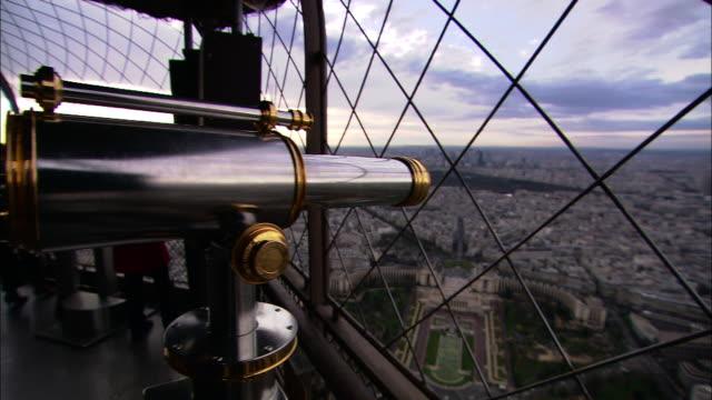 vídeos de stock, filmes e b-roll de medium long shot static - a telescope affords a view of paris from the eiffel tower. / paris, france - ponto de observação