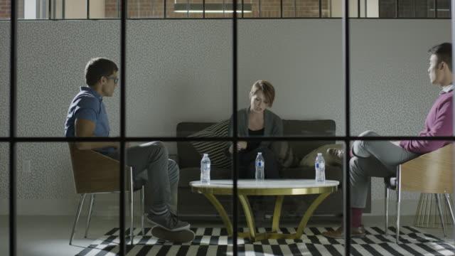 "stockvideo's en b-roll-footage met ""medium panning shot of business people talking in lounge / lehi, utah, united states"" - lehi"