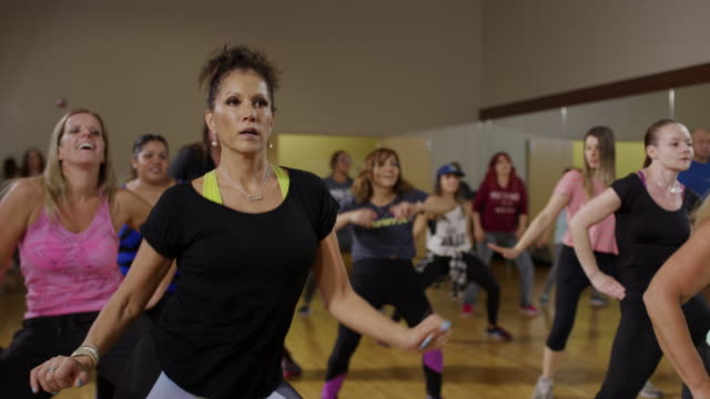vídeos de stock, filmes e b-roll de medium panning shot of women dancing in exercise class / orem, utah, united states - 50 anos