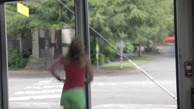 stockvideo's en b-roll-footage met medium profile. jean anne performs series of box jumps. - haar naar achteren