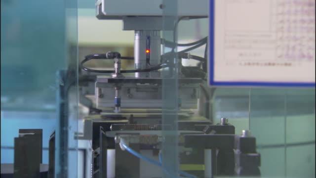 vídeos de stock e filmes b-roll de medium rack,focus static , machines operate in an automated factory. / california - movimento perpétuo