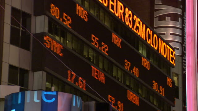 medium rack,focus static , stock rates scroll across electronic tickers at the nyse. / new york city, new york, usa - 国際金融点の映像素材/bロール