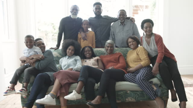 stockvideo's en b-roll-footage met medium shot, african american family at christmas - grote groep mensen