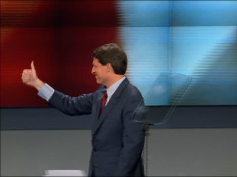 vídeos y material grabado en eventos de stock de medium shot al gore waving onstage at democratic national convention - gore