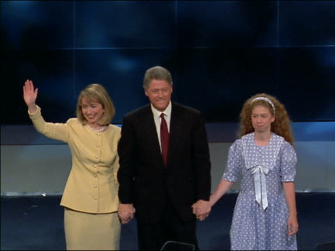 vídeos de stock e filmes b-roll de medium shot bill clinton, hillary rodham clinton and chelsea clinton walk onstage - 1992