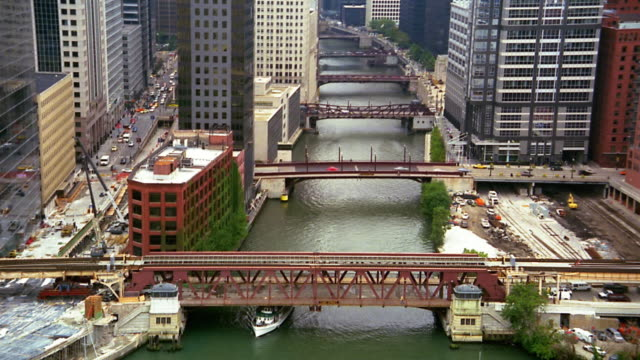 vídeos de stock, filmes e b-roll de medium shot bridges over chicago river / time lapse boats / drawbridges opening - drawbridge