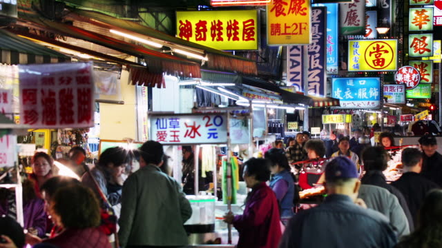 medium shot busy snake alley market at night / taipei, taiwan - insel taiwan stock-videos und b-roll-filmmaterial